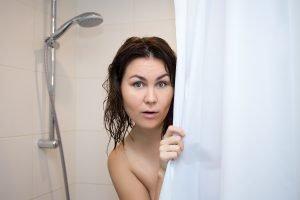 Verfärbungen und Ränder am Duschvorhang entfernen